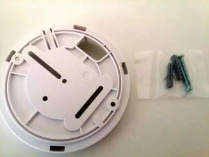 Montage mit Platte und beiliegenden Schrauben / Dübeln