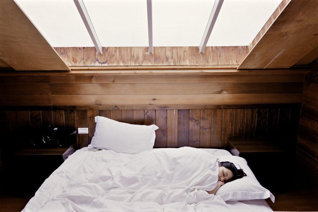 schlafende Frau in Bett
